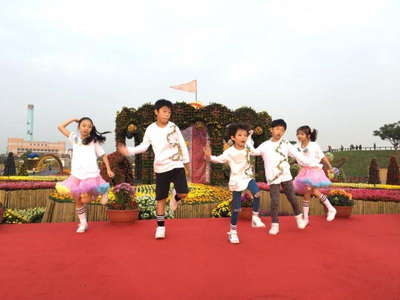 台中知名的兒童街舞團「索布雷特舞團」於2016花毯節上勁歌熱舞