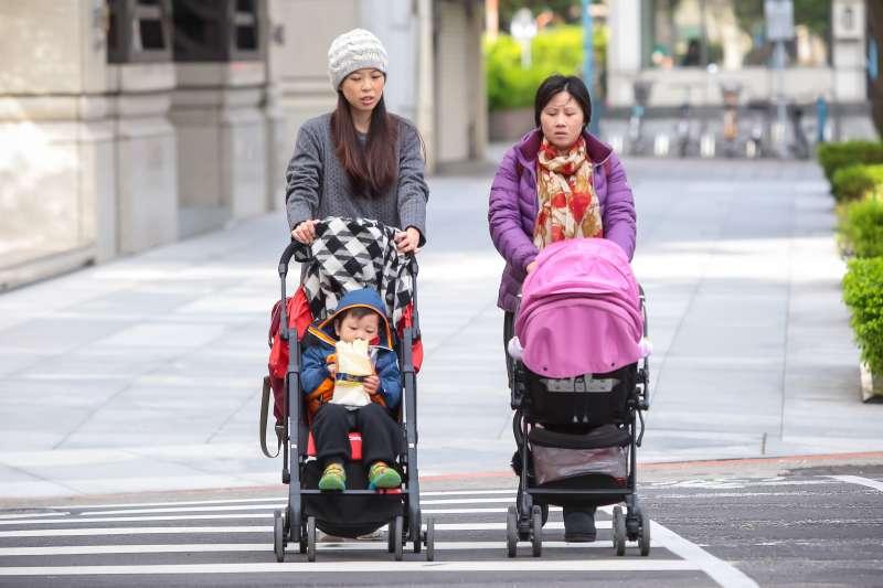 20161224-冬日晨景,兩位年輕媽媽推著嬰兒車出行。(顏麟宇攝)