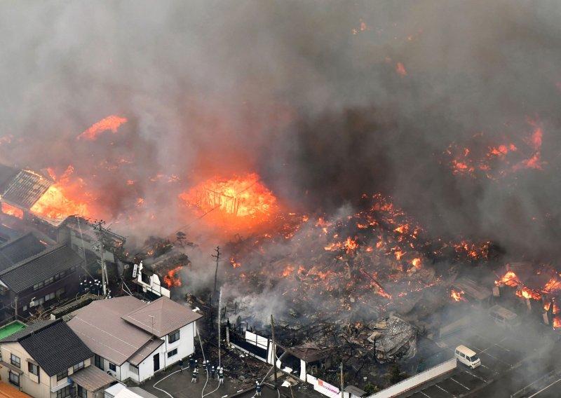 日本新潟縣糸魚川市22日上午發生火災,火勢順風蔓延150棟建築物(AP)