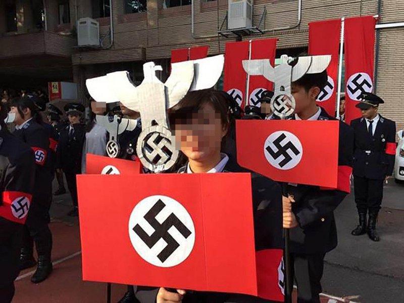 新竹光復高中學生公然扮成納粹,還高舉納粹旗,引發軒然大波(取自網路)