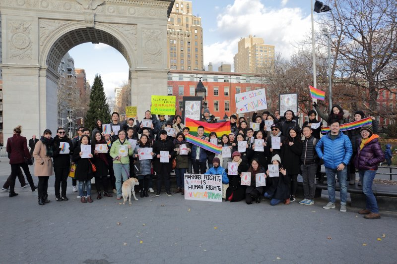 美國紐約街頭,一群台灣人高舉彩虹旗,希望能夠促使台灣成為亞洲第一的婚姻平權國家。(海外台灣青年陣線)
