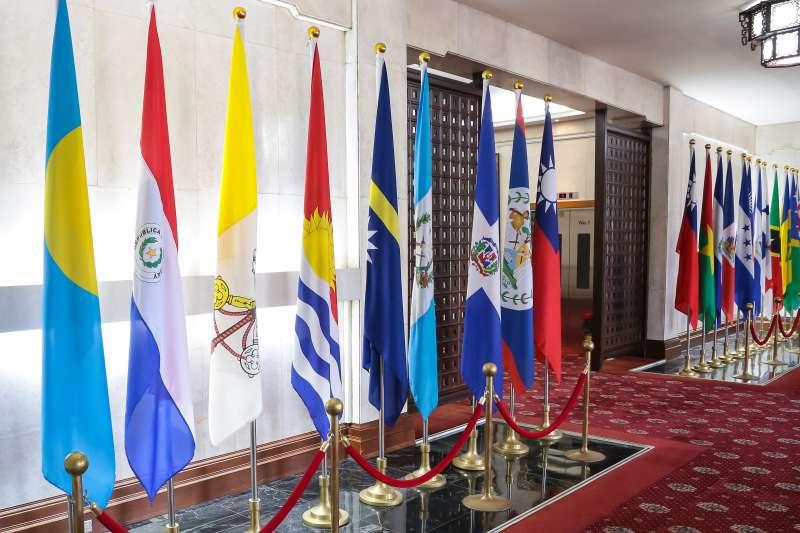 20161221-外交部大廳邦交國旗幟,教廷旗幟(右3)。(顏麟宇攝)