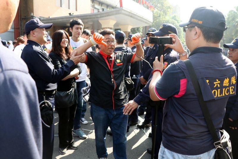 26日翻入廣場的反同民眾,警方築起人牆走廊,逐一拍照後,讓他們離開。(蘇仲泓攝).JPG