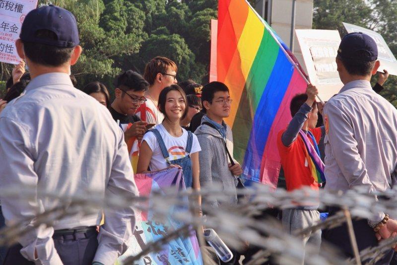 2016-12-26-立法院婚姻平權修法-反同民眾轉移至凱道抗議-挺同群眾於蛇籠警力外-曾原信攝