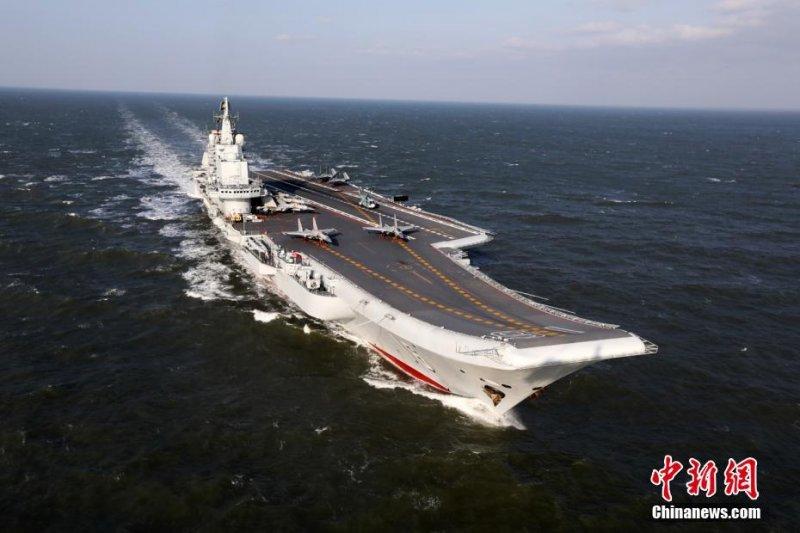 2016年12月24日,中國人民解放軍海軍遼寧艦編隊赴西太平洋海域開展遠海訓練。(中新社)
