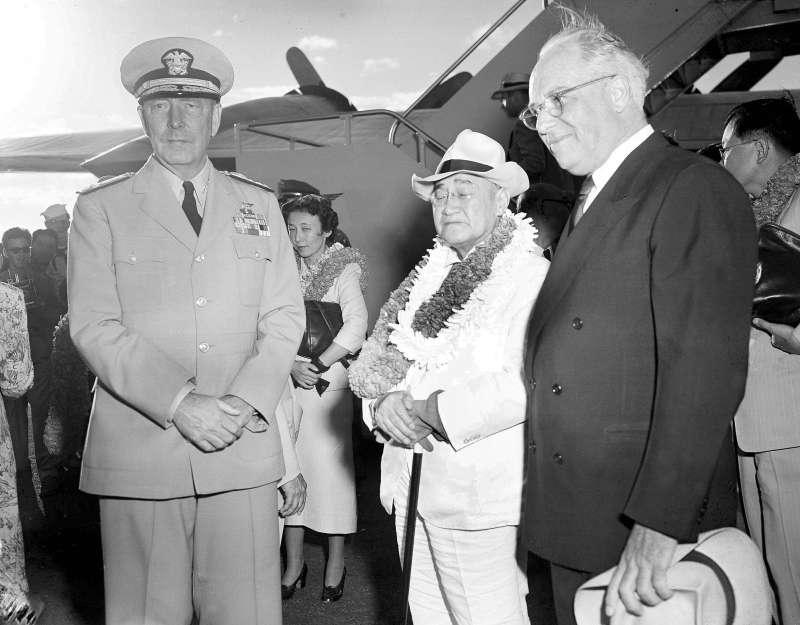 時任日本首相的吉田茂(中)1951年8月31日到訪夏威夷。(美聯社)