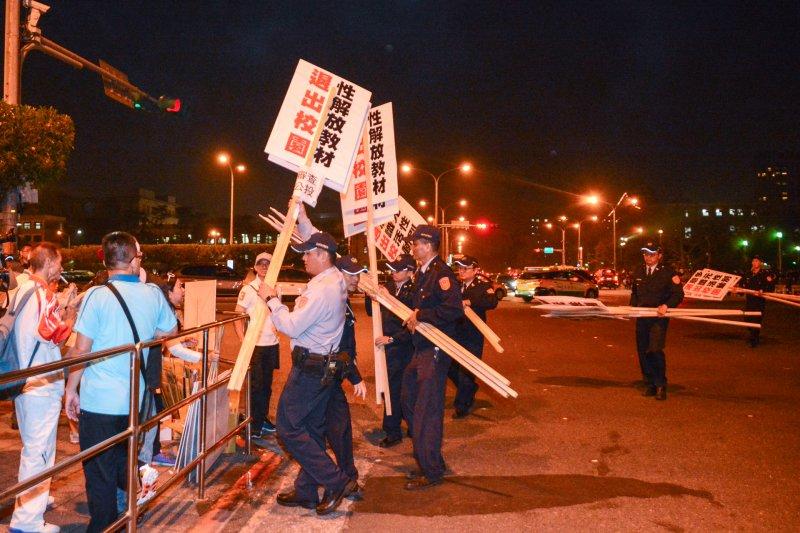 20161226-反同挺同民眾抗離,警方幫忙搬離抗議牌。(陳明仁攝)