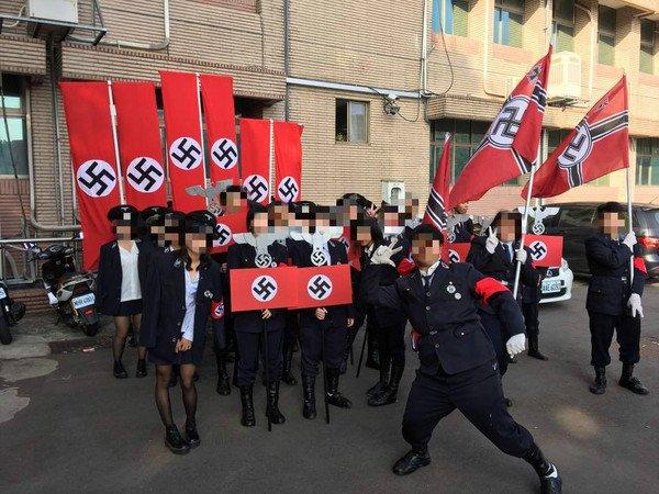 高中生於校慶活動中集體扮演納粹軍團(圖片取自Facebook,想想論壇提供)