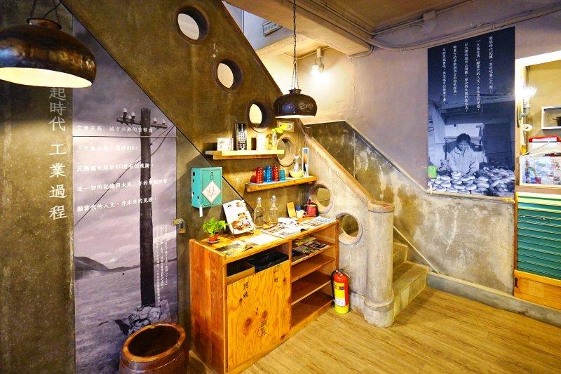 灰色磨石子樓梯踏階、牆上順著樓梯而作的美麗線腳、圍欄處挖的圓孔,都是在八十年前充滿現代感的風格設計。(圖/作者提供)