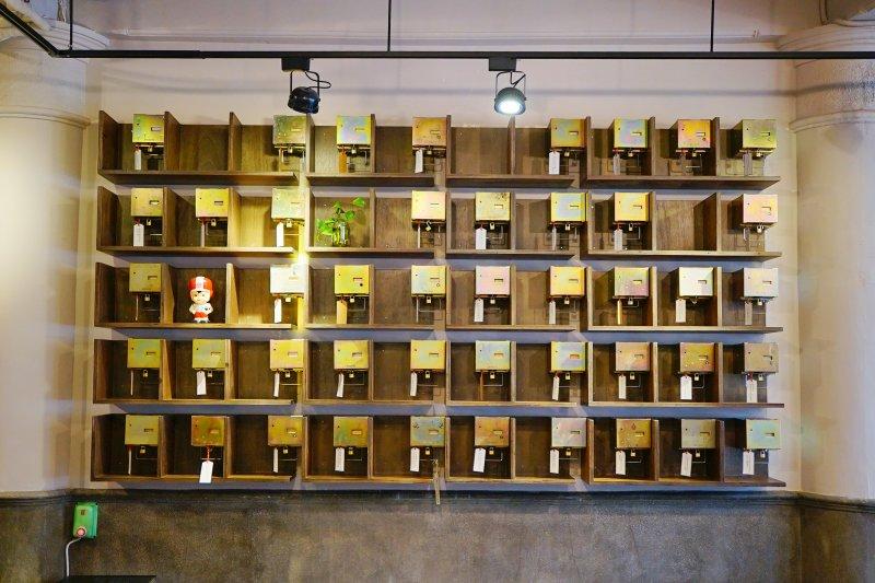 「詩覓箱」是舊投幣式公用電話內部的集錢盒改造而成,每個鐵箱都繫上一段詩句, 底下的扣環以小鎖頭鎖住。(圖/作者提供)