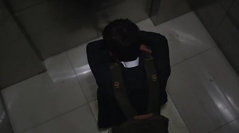 絕望的永俊坐在電梯中哭泣,宛如基澤照片中自殺前的少年。志雄來得及阻止悲劇發生嗎?(圖/愛奇藝提供)