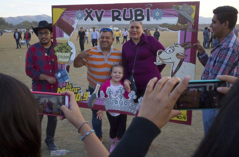 墨西哥女孩成年禮,吸引數千網友參加。(美聯社)
