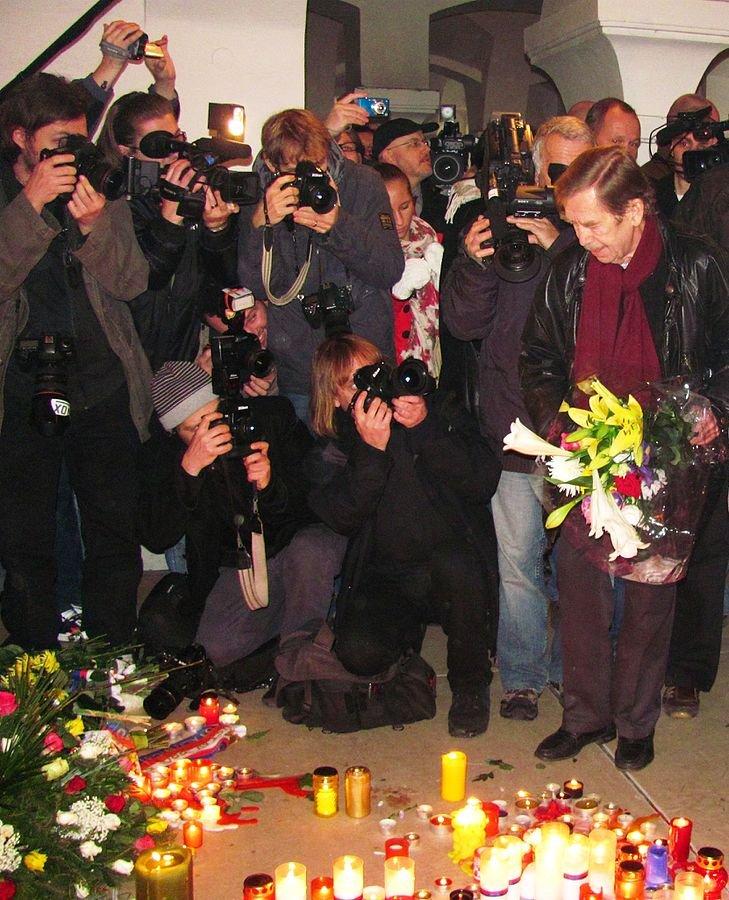 2010年,哈維爾在天鵝絨革命紀念館向當年參與者致敬(David Sedlecký@wikipedia/CCBY-SA3.0)