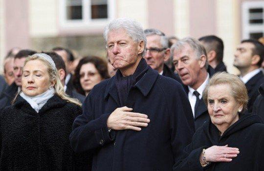 前美國總統柯林頓(中)與夫人希拉蕊(左)出席哈維爾葬禮(AP)