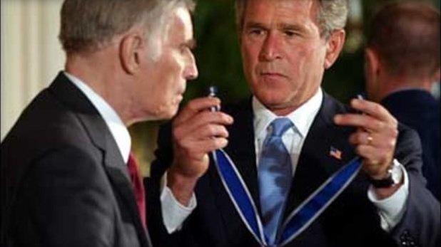 2003年,哈維爾獲美國時任總統小布希頒授「總統自由勳章」(AP)