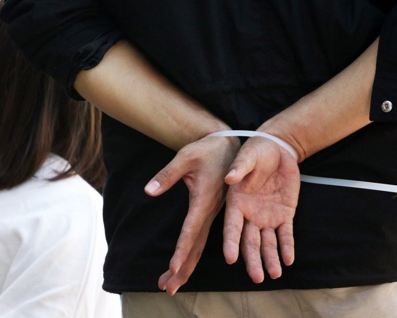 20161229-SMG0045-002-26日有民眾爬入立院,遭警方以束帶綁住。(蘇仲泓攝)