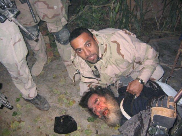 伊拉克士兵逮住海珊的那一刻。(圖/維基百科公有領域)