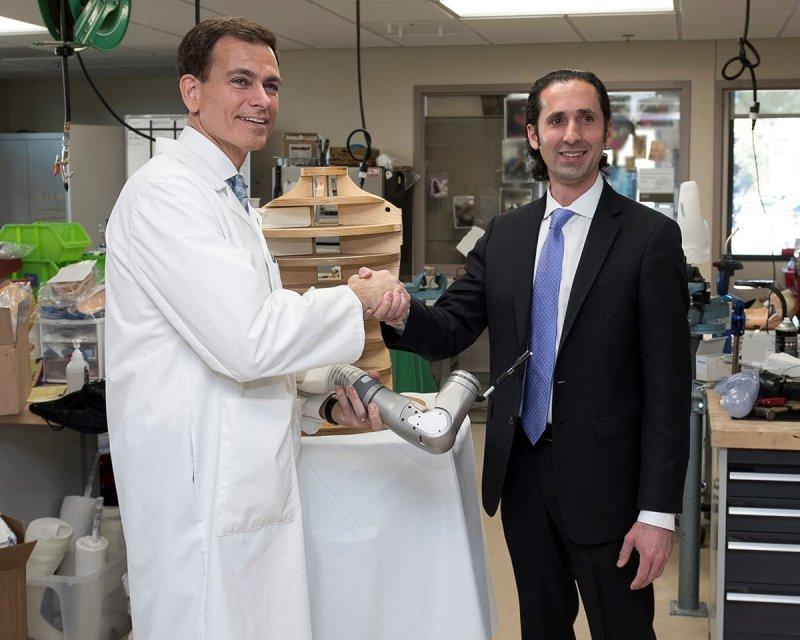 國防高等研究計畫署生物技術辦公室主任桑切斯(Justin Sanchez)(右)(DARPA)
