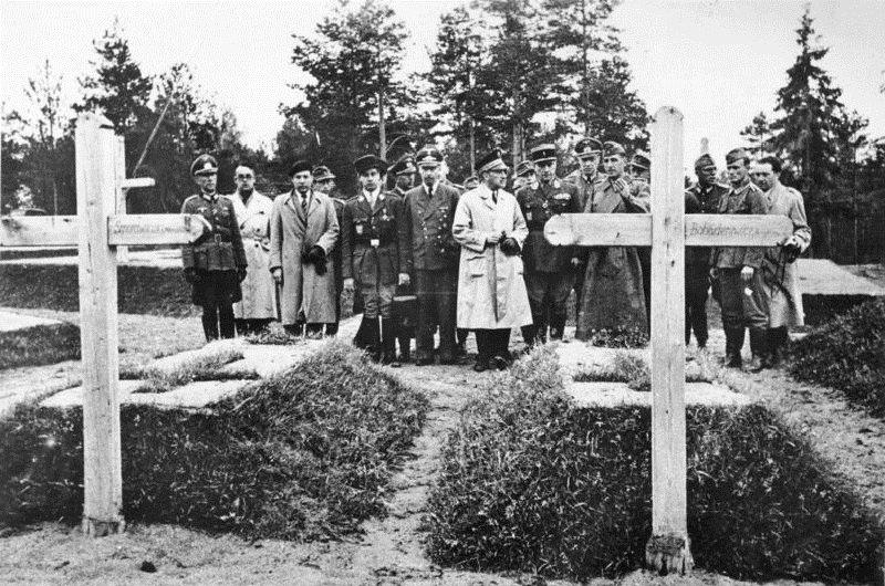 1943年,維琪法國部長費爾南·德·布里農於波蘭上廷米奇斯瓦夫·斯莫拉文斯基將軍和布羅尼斯瓦夫·博哈季勒維茨將軍墓前。(維基百科)