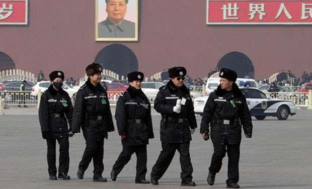 中國北京天安門廣場上的警察(AP)