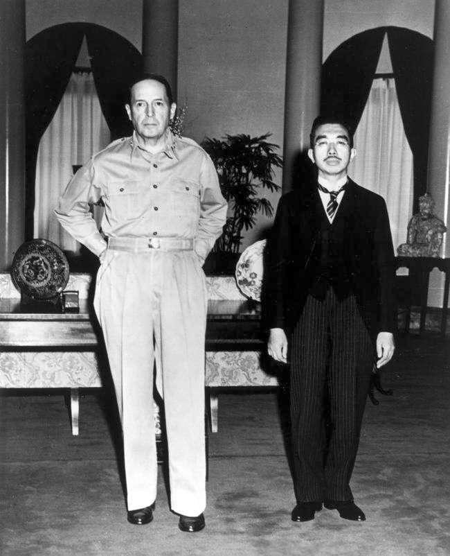 昭和天皇和麥克阿瑟將軍會面。(圖/維基百科公有領域)