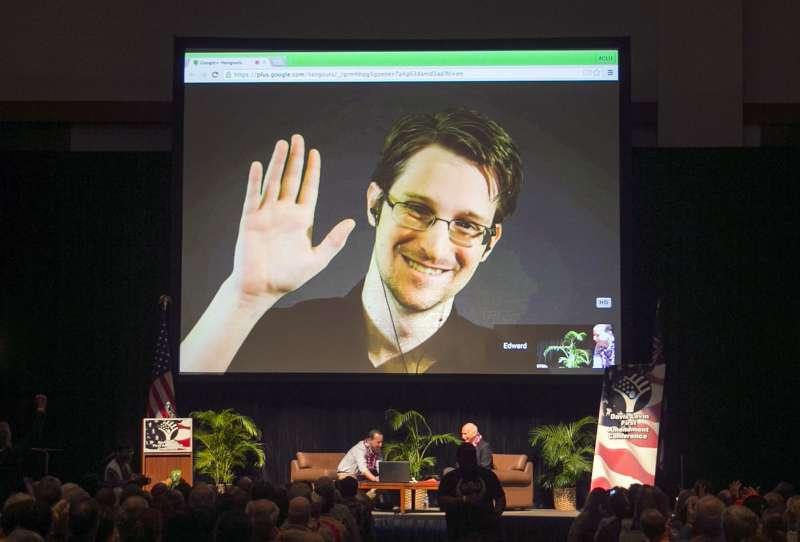 2015年在檀香山的美國公民自由聯盟(ACLU)會議上,史諾登藉由網路視訊「現身」會場。(美聯社)