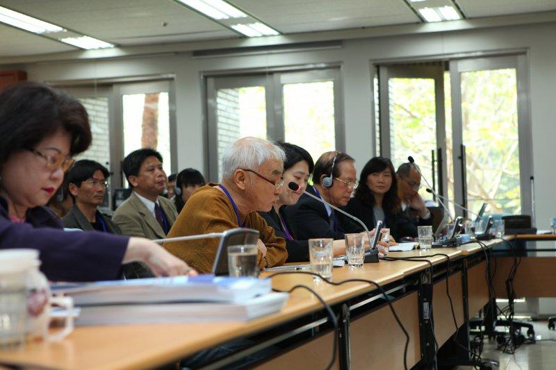 人權公約施行監督聯盟第一任召集人黃文雄(前排左二)創立世界獨具的《兩公約》「在地審查」模式,NGO代表在2013年的審查會中向國際審查委員表達對各項議題的關切。(法務部)