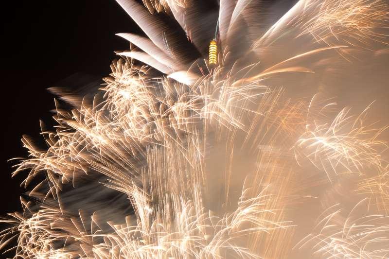 20170101-台北2017跨年晚會,台北101在238秒的炫麗煙火秀中,打出「台灣」字樣,閃耀進入2017年。(顏麟宇攝)