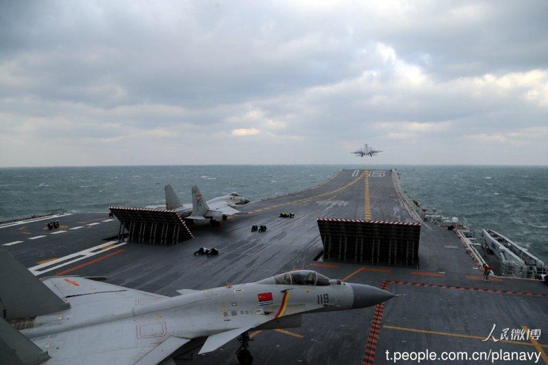 20161223-中國「遼寧號」航母突破太平洋第一島鏈,進行跨海區訓練任務,艦上搭載10餘架殲15,中國海軍在官方微博發布照片。圖為遼寧號與殲15。(取自中國海軍發布微博)