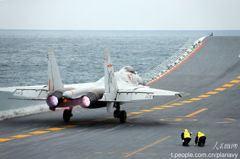 20161224-中國「遼寧號」航母突破太平洋第一島鏈,進行跨海區訓練任務,艦上搭載10餘架殲15,中國海軍在官方微博發布照片。圖為遼寧號與殲15。(取自中國海軍發布微博)