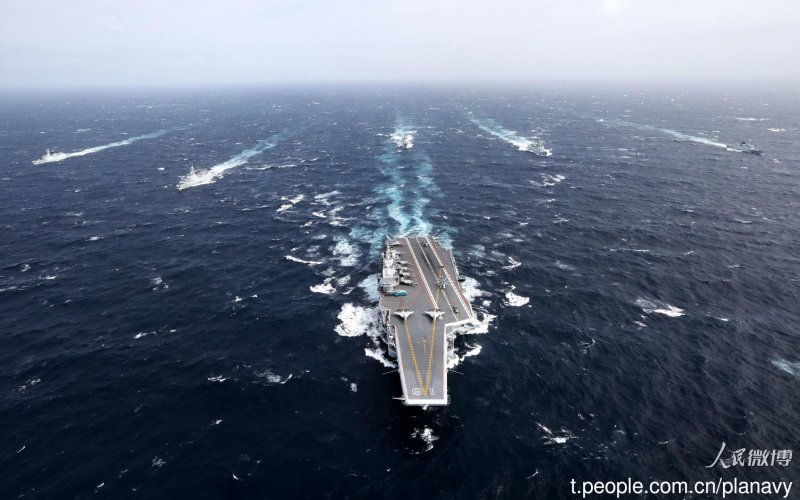 20161231-中國「遼寧號」航母突破太平洋第一島鏈,進行跨海區訓練任務,中國海軍在官方微博發布照片。圖為遼寧號與5艘驅逐艦。(取自中國海軍發布微博)