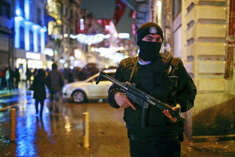 土耳其警察跨年夜在伊斯坦堡最有名的獨立大街(Istiklal Avenue)持槍戒備。(美聯社)