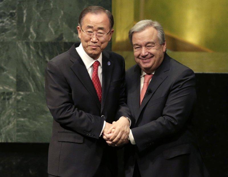前聯合國秘書長潘基文(左)與繼任者古特雷斯(右)握手,2017年正式交棒。(美聯社)