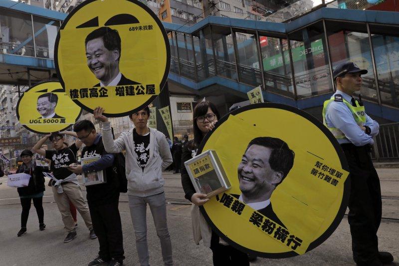 香港政治團體在元旦舉辦遊行,今年以引發司法獨立風波的人大釋法為主軸。(美聯社)