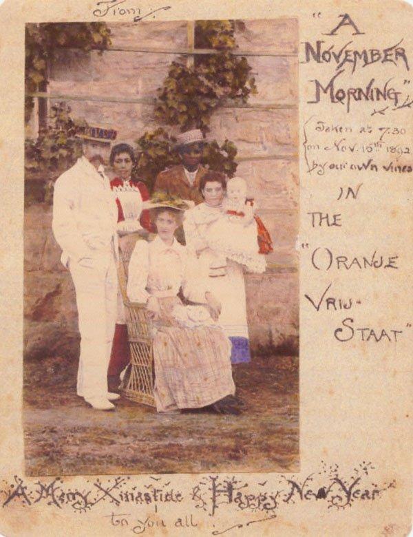 1892年,托爾金父母從南非布隆泉寄給英國伯明罕親戚的耶誕賀卡,卡片上面是托爾金一家人。(Wikipedia/Public Domain)