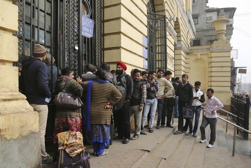 印度總理莫迪突如其來的廢鈔政策,換鈔民眾在銀行大排長龍。(美聯社)