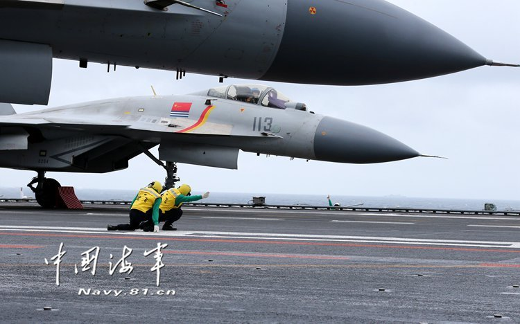 遼寧號航空母艦甲板上的殲-15正準備起飛。(美聯社)