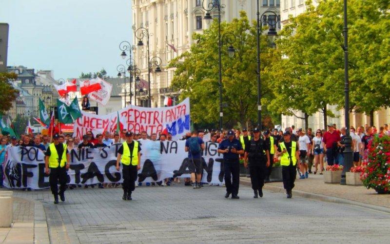 波蘭華沙的反對難民遊行隊伍,經過總統府一带。(作者提供)