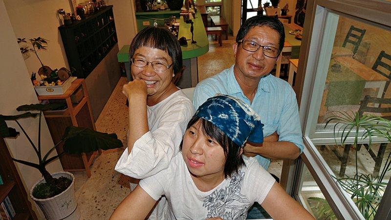 耕樂與其父母親。(圖/天下雜誌提供)