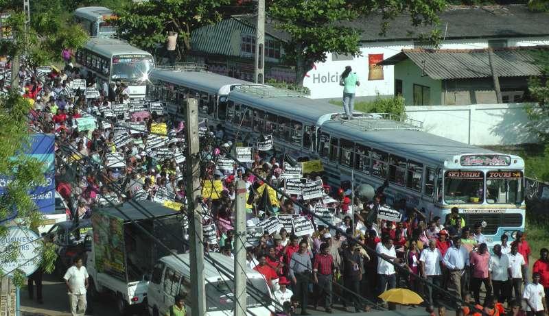 中國企業大舉投資南亞島國斯里蘭卡的漢班托塔港(Hambantota Port),但因強行徵收土地而引發當地民眾強烈抗議(AP)