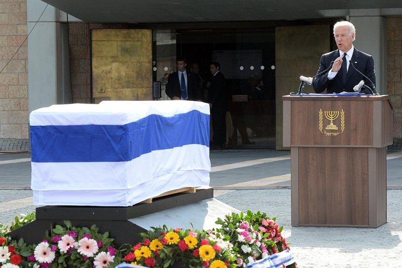 美國副總統拜登在夏隆葬禮上致詞。(美聯社)