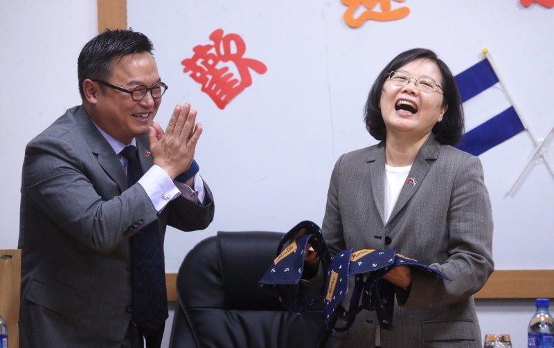 20170111-SMG0045-005-蔡英文收到如興紡織董事長陳仕修特製的狗狗領巾,直說「很開心」。(中央社)