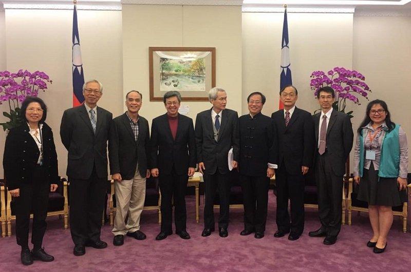 副總統陳建仁(左四),再次邀請軍公教代表入府懇談,希望能順利化解年金改革爭議。(取自李來希臉書)