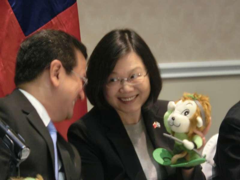 20170113-英捷專案/蔡英文出訪。蔡英文對著薩爾瓦多外長馬丁內斯把玩「雲教授」吉祥物「悟空大聖布偶」」。(石秀娟攝)