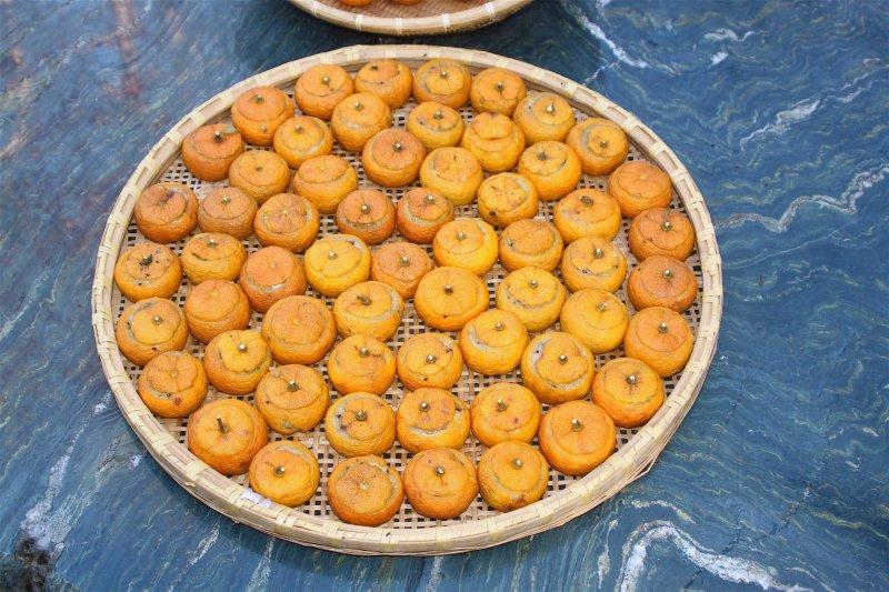 風乾中的柚餅子。(時報出版提供)