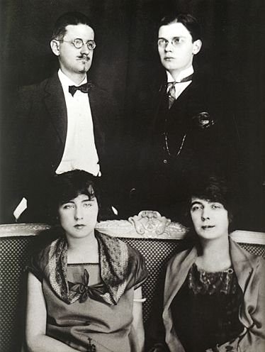 喬伊斯(左上)、兒子喬治歐、諾拉(右下)、露西亞(Wikipedia/Fair Use)