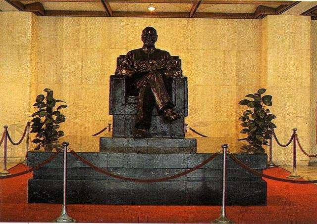 政大中正圖書館大廳蔣公銅像。(取自政大校園影像記憶網)