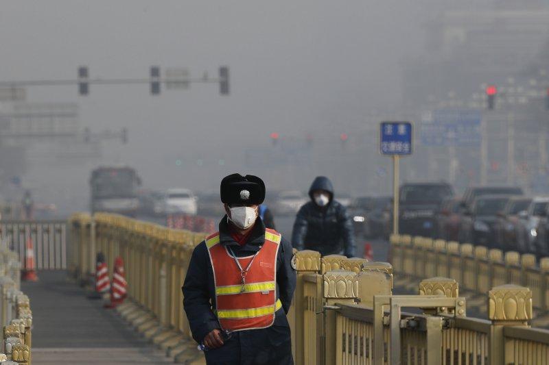 北京天安門附近的空氣污染嚴重,遠處的建築幾乎都已經隱身霧霾中。(美聯社)