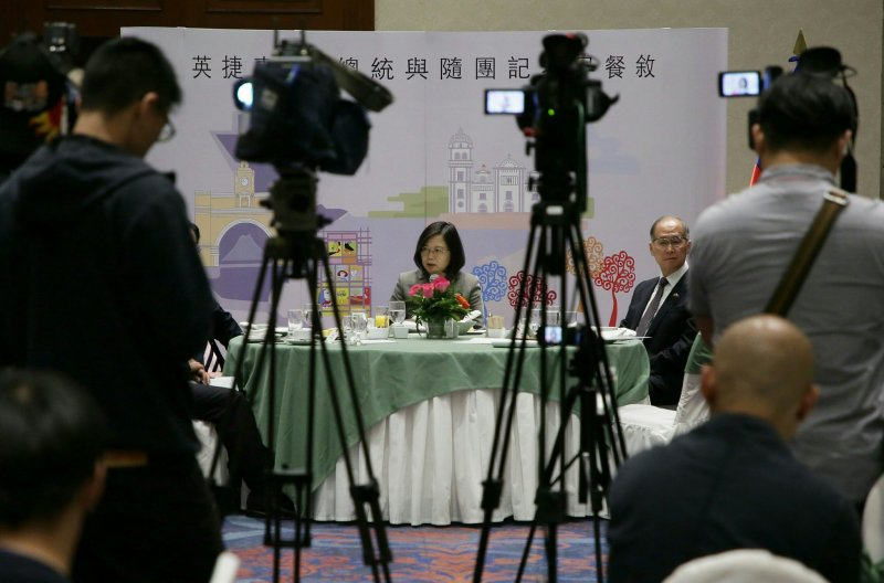 20170114英捷專案,總統蔡英文與隨團記者早餐敘,與記者們寒暄。媒體、麥克風(總統府提供)