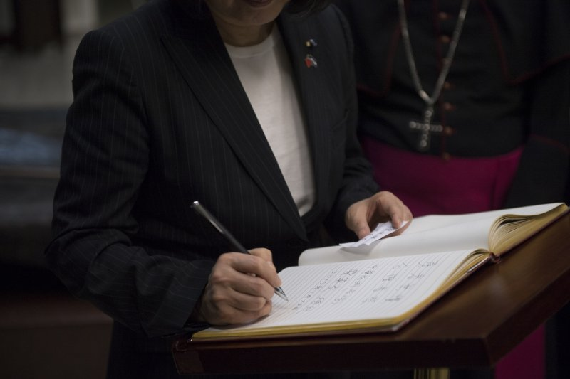 20170114-英捷專案,總統蔡英文在薩京大教堂貴賓簽名冊留下「勇者無懼、公理長存」。(總統府提供)